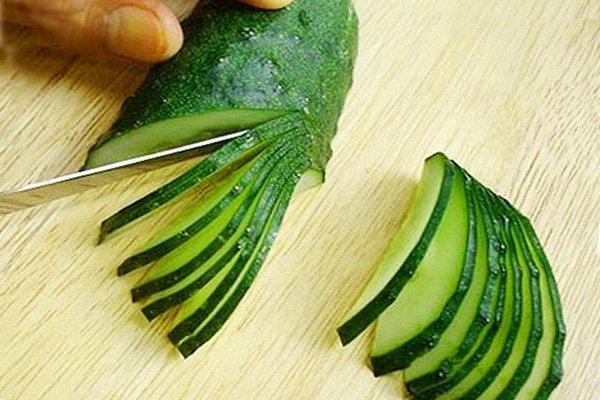 Украшаем блюдо с помощью огурца (пошаговая инструкция)