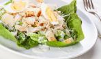Два лучших соуса для салата «Цезарь»