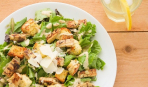 Блюдо дня: классический салат Цезарь с курицей