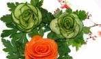 Как украсить новогодний салат: вырезаем розу из огурца (видео)