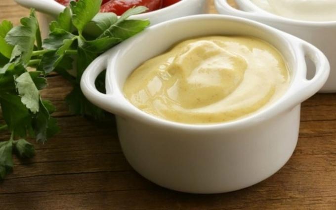 Чем заправить новогодний салат: ТОП-3 легких соуса