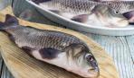 Как выпотрошить рыбу двумя палочками (видео)