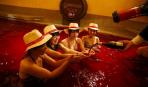 В Японии купаются в винных ваннах