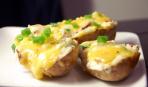 Картофель, запеченный с сыром под соусом из сметаны и чеснока
