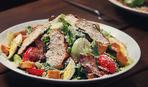 Сытный салат с крутонами
