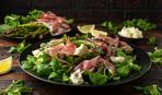 Теплый салат со спаржей и ветчиной