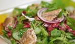 Салат из зелени с копченой скумбрией