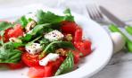 Быстрый салат с томатами, орехами и рукколой