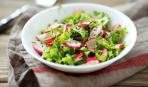 Весенний салат из редиса и рукколы