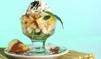 Фруктовый салат со взбитыми сливками и шоколадом