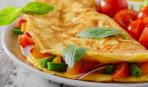 Омлет с помидорами, базиликом и сыром