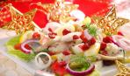 Рождественский салат из сельди, яблок и клюквы