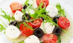 Вкусный салат из моцареллы и томатов