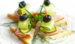 Новогодние рецепты: канапе с бужениной и огурцами