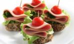 Новогодние рецепты: праздничные канапе с колбасой