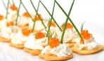 Новогодние рецепты: Крекеры с икрой и сливочным сыром