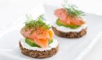 Новогодние рецепты: канапе с лососем и огурцом