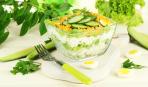 Низкокалорийный салат из огурцов, яиц и капусты