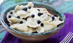 Деревенский завтрак: вареники с черникой