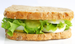 Сэндвич с яйцом и огурцами