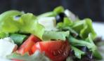 Салат с помидорами, маслинами и фетой