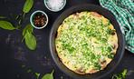 Сытный завтрак: омлет с грибами и зеленью