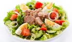 На скорую руку: овощной салат с консервированным тунцом