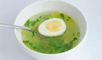 Куриный бульон с зеленью и яйцом