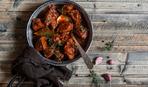 Говядина в томатном соусе с маринованными огурцами