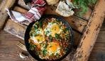 Запеченные яйца со шпинатом и помидорами