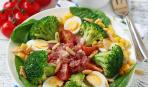 Салат из брокколи с перепелиными яйцами и беконом