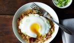 Завтрак из риса и яичницы