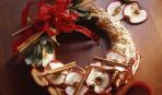 Украшение на новогодний стол: венок из яблок и корицы