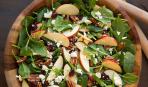 Пикантный салат с яблоком, шпинатом и орешками
