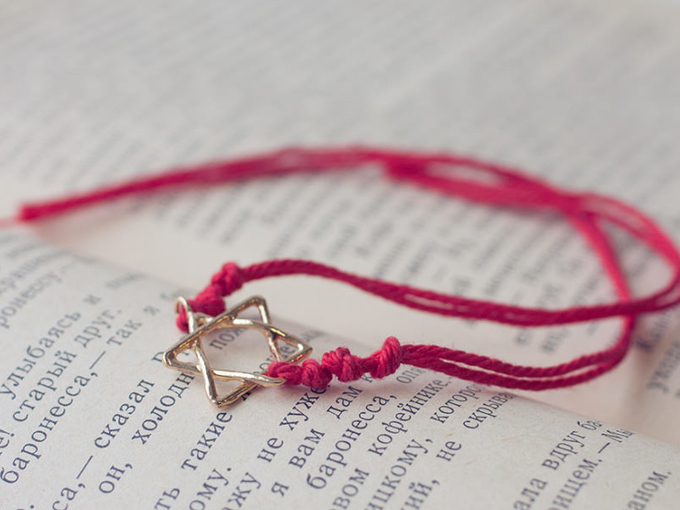 Красная нить на руке: магия, значение, как правильно её носить - Smak.ua