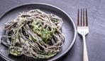 Спагетти с маскарпоне, шпинатом и фундуком