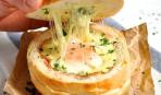 Яичница в хлебной миске на завтрак