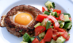 Завтрак из домашней колбасы с сальсой