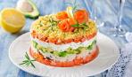 Салат из копченой норвежской семги с рисом и овощами