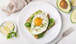 Идея для завтрака: гренки с авокадо и яйцом