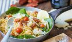 Теплый салат с колбасками чоризо и шпинатом