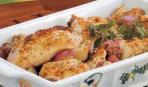 Курица, запеченная с картофелем с травами и чесноком