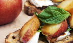 Бутерброд с персиками и моцареллой