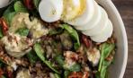 Сытный салат с яйцом и шпинатом