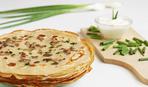 Сырные блины с луковым припёком: простой рецепт