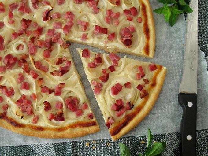 Эльзасский «Пылающий» тарт с творогом и беконом