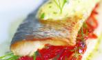Жареная норвежская сельдь с дижонской горчицей и помидорами