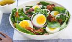 Салат из шпината с шампиньонами, яйцом и беконом