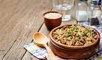 Блюдо восточной кухни: муджадара с чесночным йогуртом