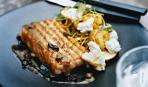 Семга на гриле с салатом из карри, яблок, картофеля и белого козьего сыра